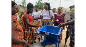 Don matériel de Cauris d'Afrique aux femmes d'Amoussou Kopé